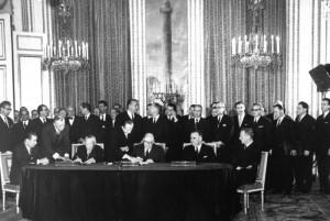 Bundeskanzler Konrad Adenauer und der französische Staatspräsident Charles de Gaulle unterzeichneten am 22.1.1963 im Pariser Elysée-Palast einen Vertrag über die deutsch-französische Zusammenarbeit, der politische Konsultationen beider Regierungen und eine verstärkte Zusammenarbeit in der Außen- und Verteidigungspolitik sowie in Erziehungs- und Jugendfragen festgelegt. Regelmäßige Treffen zwischen den Regierungschefs und den zuständigen Ressortministern beider Länder sollen die praktische Durchführung des Vertrages gewährleisten. Im Bild (v.l.n.r.) am Tisch: Bundesminister des Auswärtigen, Dr. Gerhard Schröder, Bundeskanzler Konrad Adenauer, Staatspräsident Charles de Gaulle, Premierminister Georges Pompidou und der französische Außenminister Maurice Couve de Murville